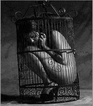 2a0e82e1d29cb8a63d4abed3c346f29f--feeling-trapped-black-white-photography