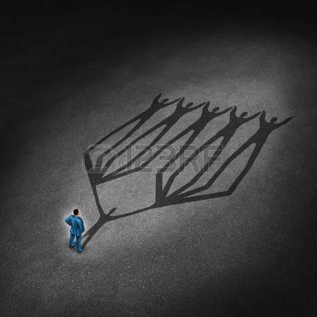 26963862-liderazgo-de-equipos-y-el-concepto-de-l-der-de-negocios-con-un-hombre-de-negocios-de-pie-con-una-som
