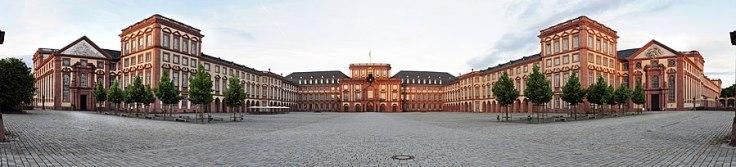 900px-SchlossMannheim-Pano-130616.jpg